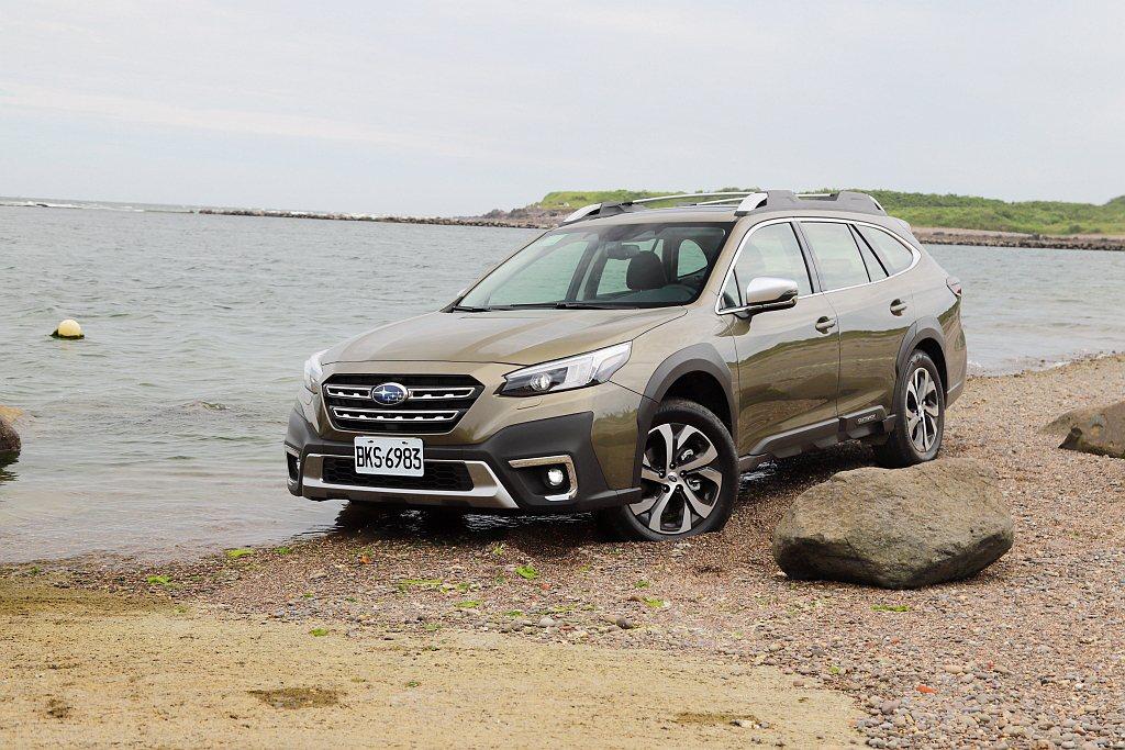 全新Subaru Outback更厚實的車頭帶來更多休旅味,頭燈造型也有所改變,...