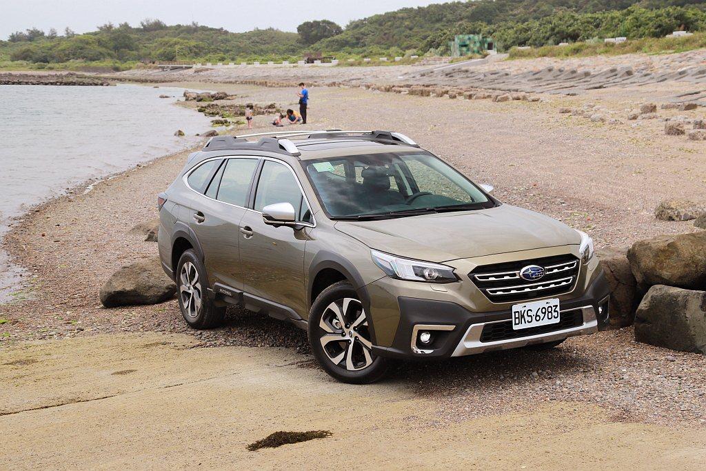 全新Subaru Outback的車頭、輪拱、側裙到後保桿等處,有著多的霧黑防刮...