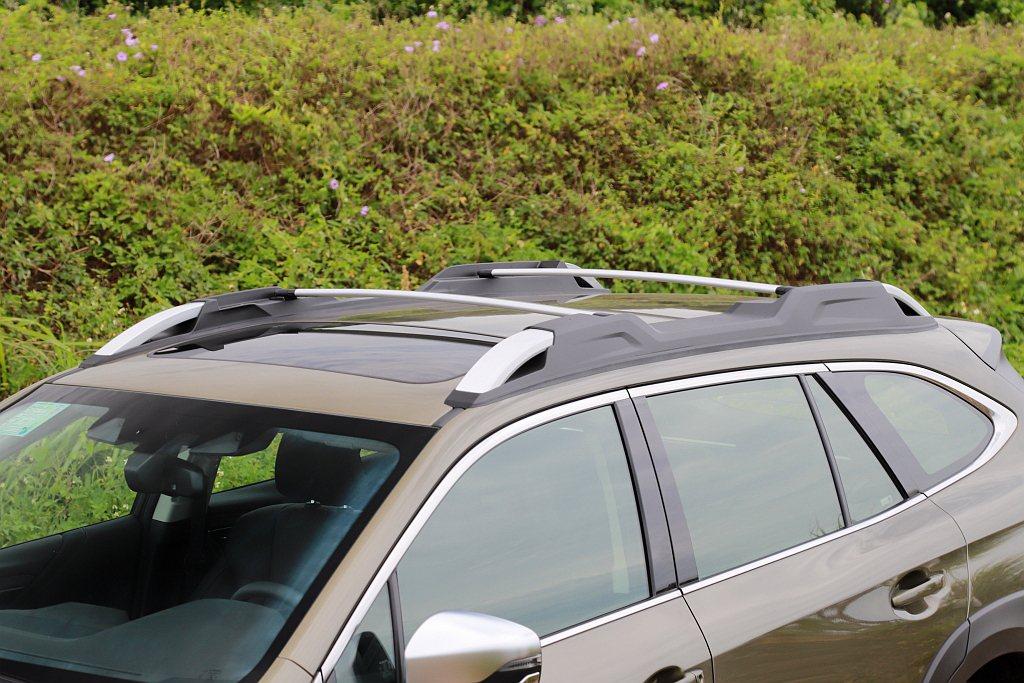 多功能車頂架內建可折式橫桿提升固定物品的機能性,且在1,675mm車身高度設定下...