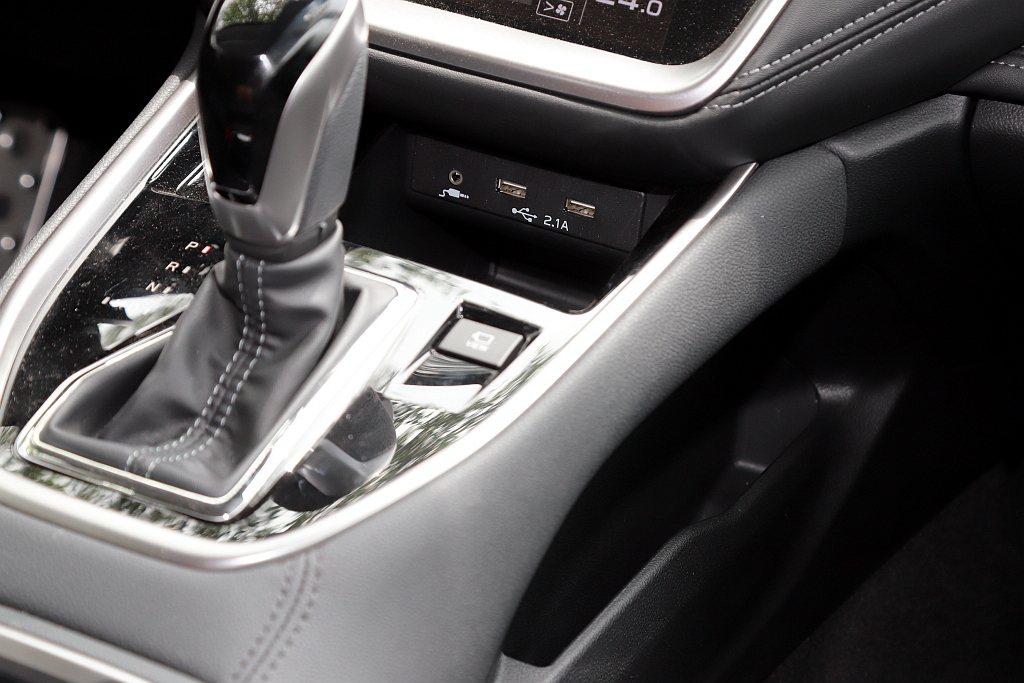 下方排檔座按鍵數量順勢大幅減少,只留下車身周圍影像輔助系統按鈕,並提供一處手機擺...