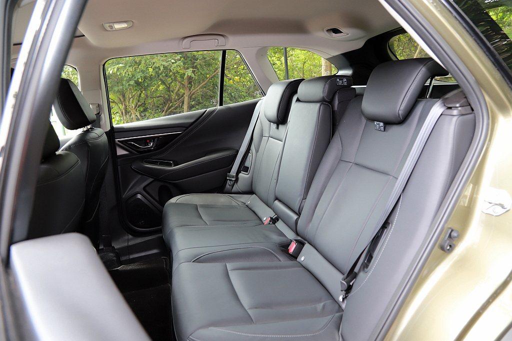 驚訝的是,全新Subaru Outback後座椅背提供四段角度可調整,能讓乘客找...