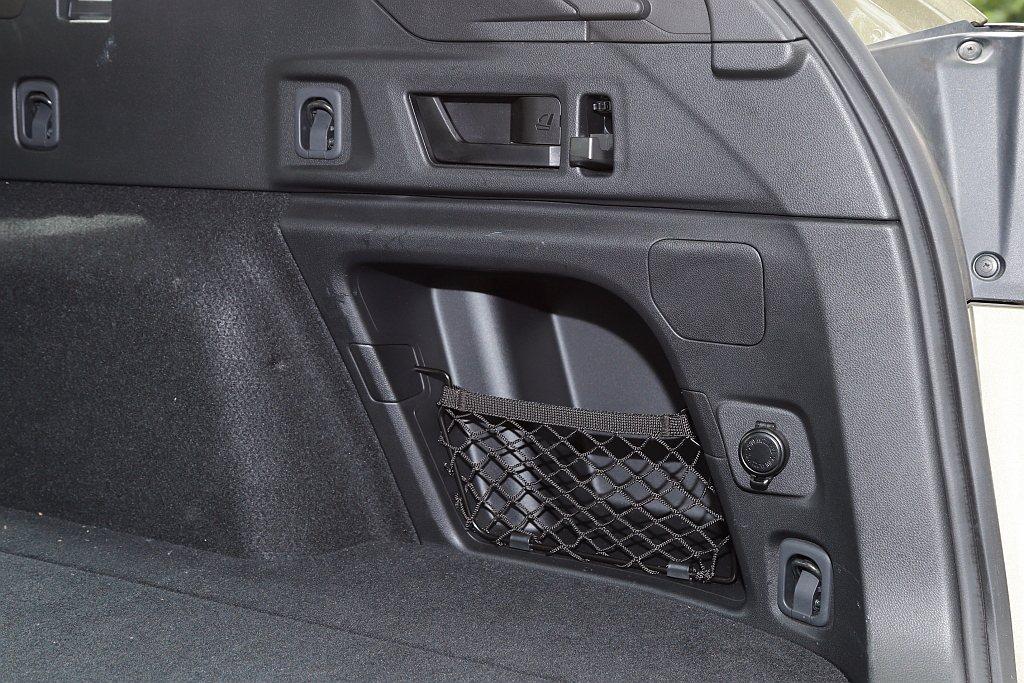 還有LOGO感應式的電動尾門、後座椅背快速傾倒把手以及12V電源插座,便捷度與機...