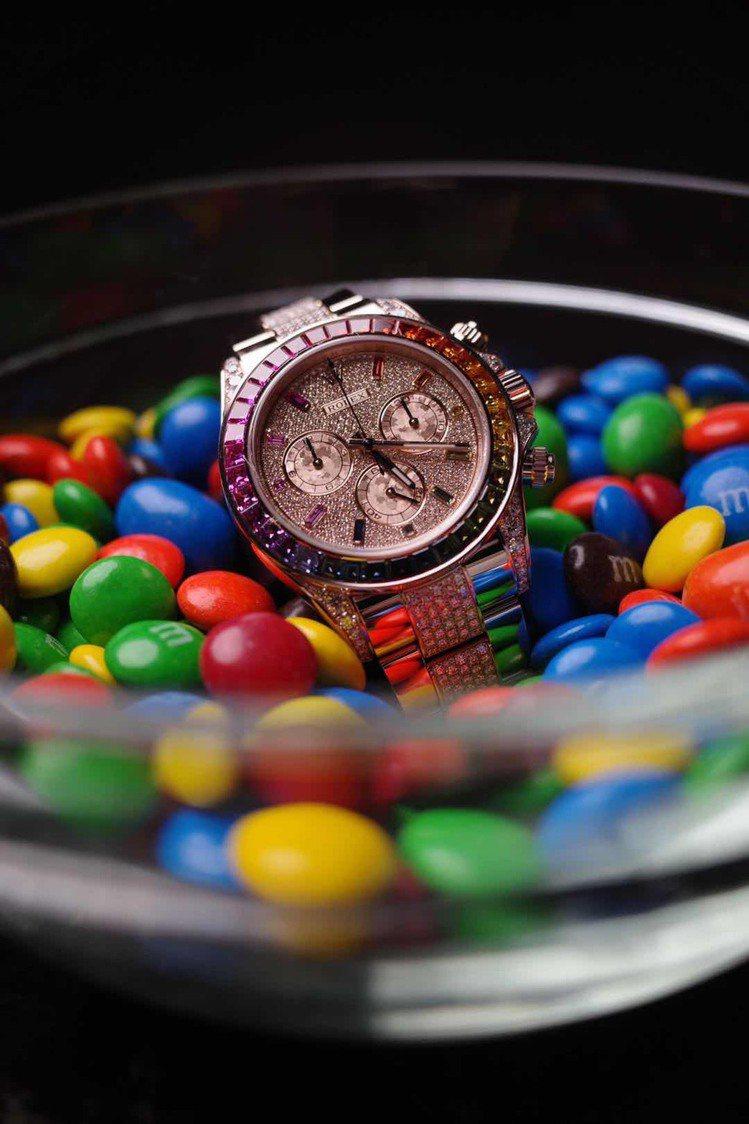 曾被趣稱為「彩虹圈」的勞力士迪通拿計時碼表,以寶石色彩的勻稱、和諧、流暢,因而受...