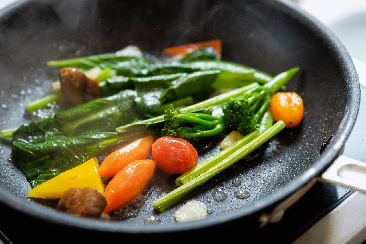 橄欖油並不是只能涼拌做沙拉,煎炒料理也適用。記者陳軍杉/攝影