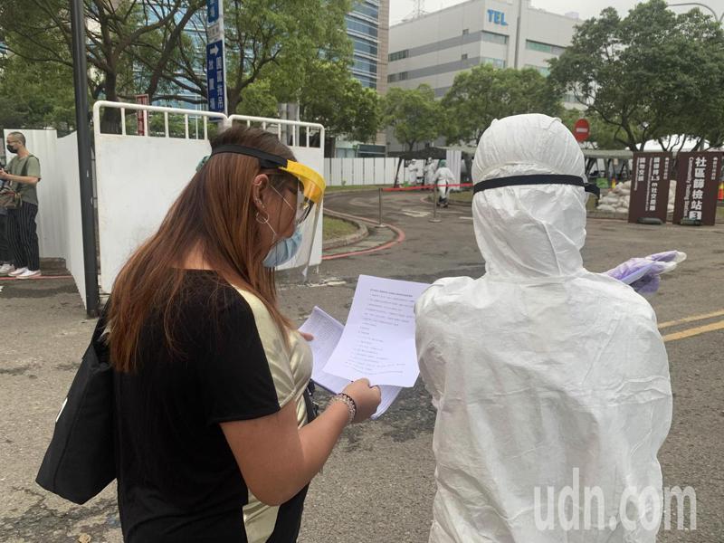 不少移工不懂中文,現場也有翻譯隨隊,希望降低移工恐懼。記者巫鴻瑋/攝影