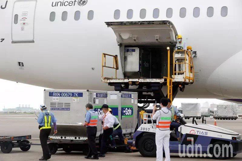 日本捐贈給台灣的AZ疫苗昨天下午抵達桃園機場,總共約有17個冷凍貨櫃。記者鄭超文...