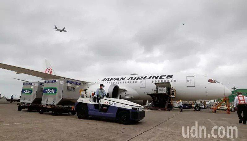 日本捐贈給台灣的AZ疫苗下午抵達桃園機場,由日本航空運抵台灣。記者鄭超文/攝影