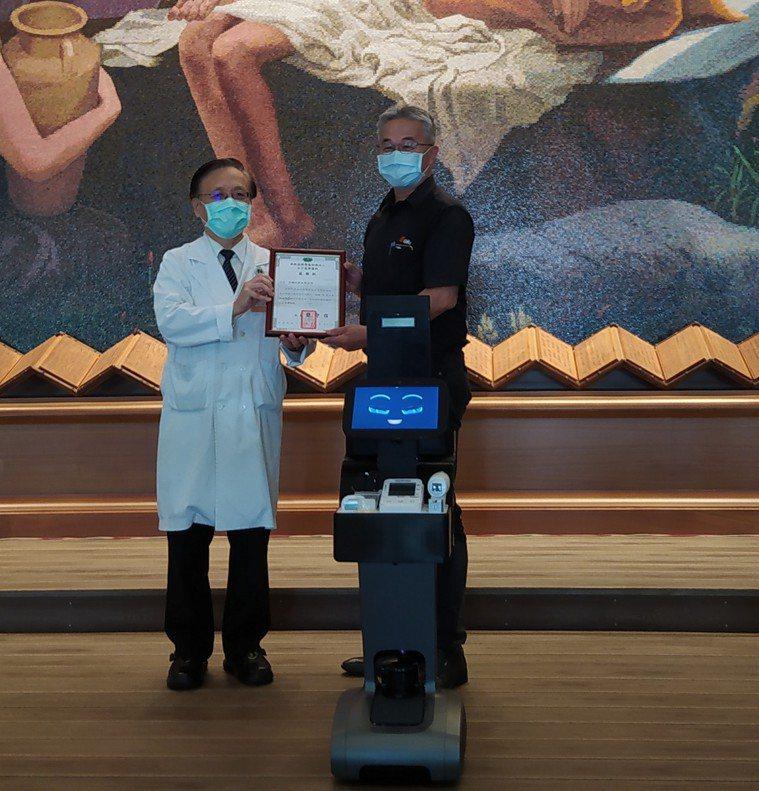 台中慈濟醫院院長簡守信(左)致贈感謝狀,感恩吉輔企業有限公司捐贈智能機器人。圖/...