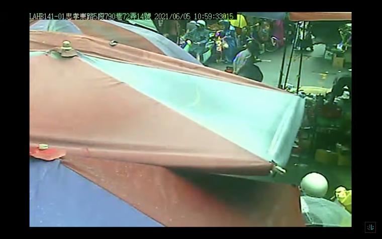 福德市場的監視器畫面,幾乎4分之3都被攤商的傘給遮住,根本看不到人潮。圖/翻攝北...