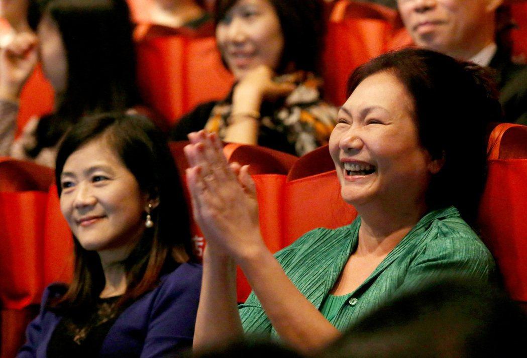 大小S媽媽黃春梅(右)常為兩個女兒對外發言。本報資料照片