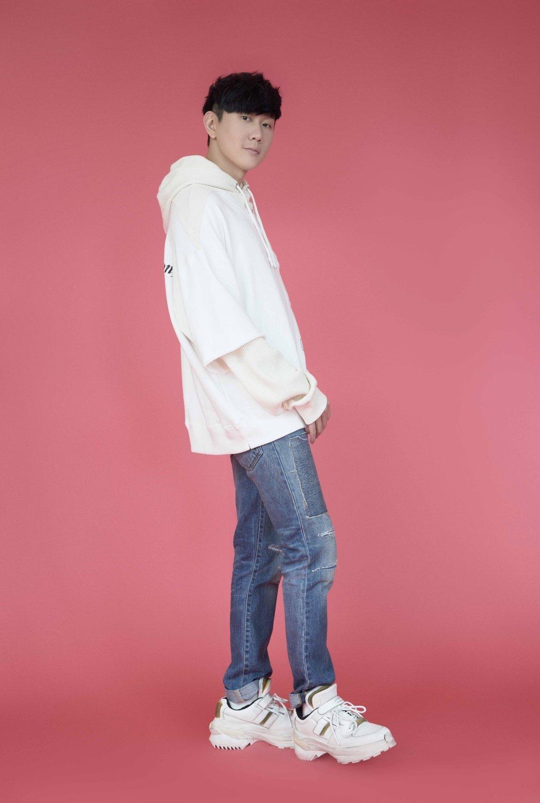 林俊傑受邀為新版「手牽手」重新編曲。圖/台視提供