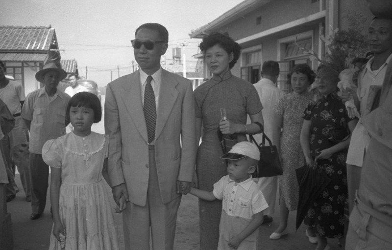 1947年國共內戰擴大,美國駐華大使館助理武官巴瑞特提出撤換東北行轅主任熊式輝(左二),改任命張學良,但最終蔣中正以陳誠取代熊。圖/聯合報系資料照片