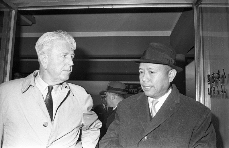 1947年國共內戰擴大,美國杜魯門總統曾派遣二戰名將魏德邁(左)到中國瞭解內戰情勢,圖為魏德邁1969年2月底訪台。圖/聯合報系資料照片