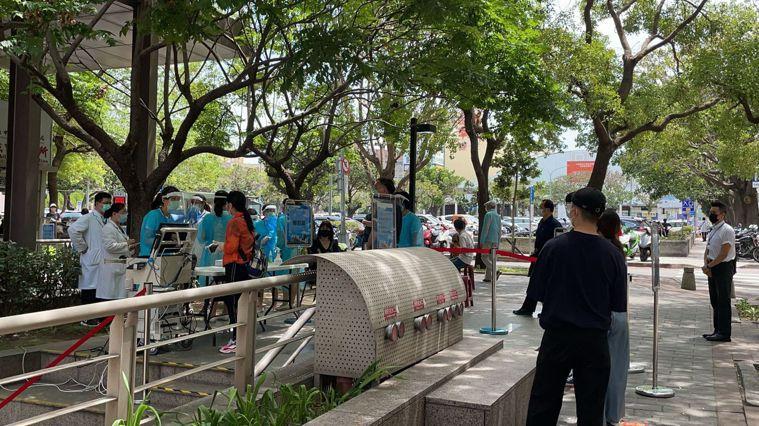 中國醫藥大學附設醫院在醫院外設置的快篩站。圖/中國醫藥大學附設醫院提供