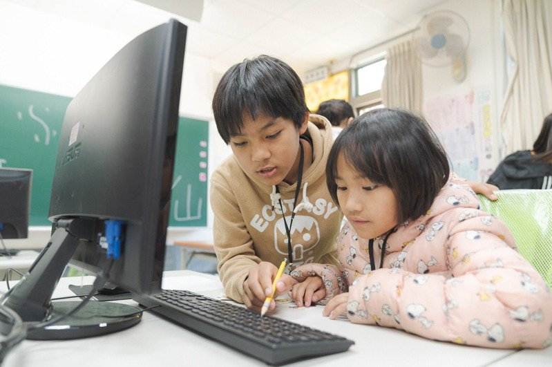 南投縣信義鄉雙龍國小地處偏遠,學習資源較都會區缺乏,台積電慈善基金會多年來提供學童平板電腦、科普實驗教學,讓偏鄉學生充分學習。圖/台積電慈善基金會提供
