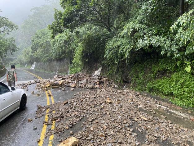 雲林古坑山區因雨發生土石坍方,交通受阻。圖/雲林縣府提供