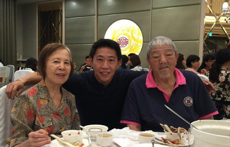 曾是國外旅遊團領隊的孔繁瑋(中)因為疫情驟然失去母親(左)。圖/孔繁瑋提供