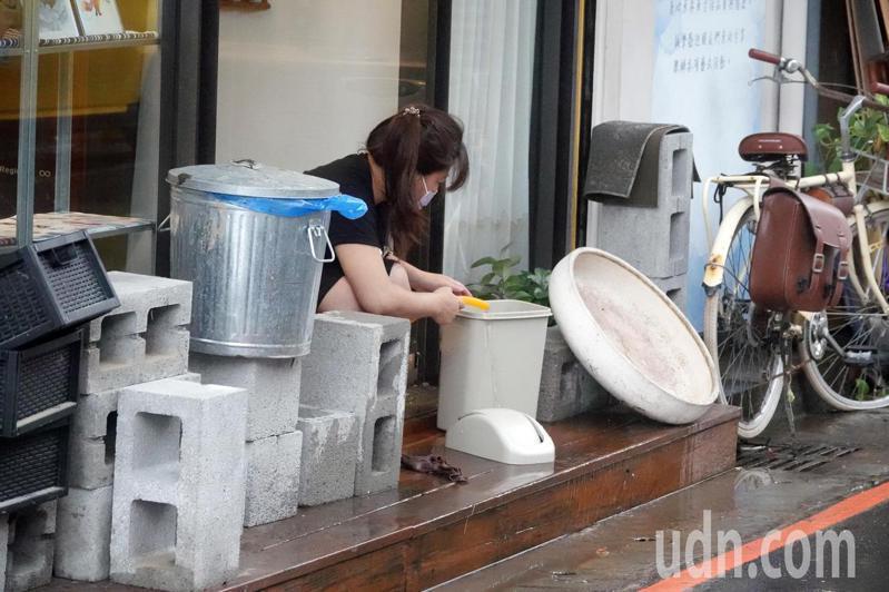 雙北昨天暴雨,造成多處積水,尤其台北市信義區更是嚴重。受淹水之苦的民眾下午加緊清洗傢俱和家園,希望大雷雨今天不要再來。記者曾吉松/攝影