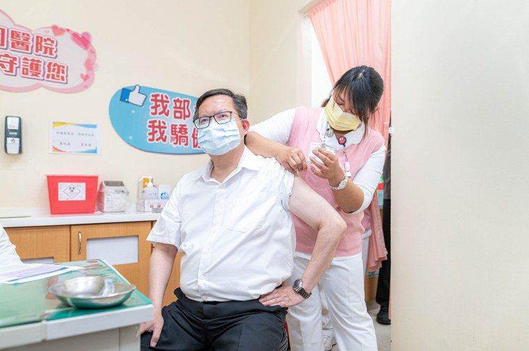 桃園市長鄭文燦4月12日接種第1劑AZ疫苗,原定6月初要打第2劑,但他下午在疫情...