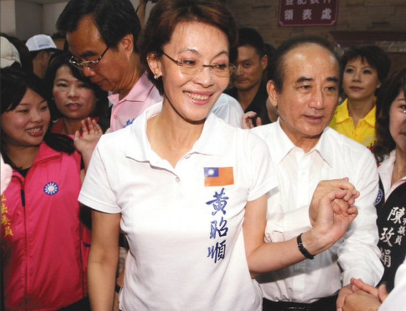 國民黨前立委黃昭順(前左)以北市造冊的藥師身分在高雄市打疫苗,引來特權質疑。圖/聯合報系資料照片