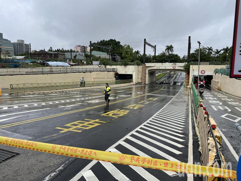 台南市第1、5分局等立即在地下道兩側拉起封鎖線,並以巡邏車停置在汽車道入口處,暫時停止通行。記者邵心杰/攝影