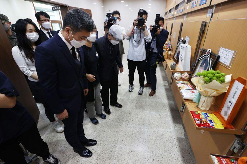 南韓國防部長徐旭2日在李姓中士牌位前致哀。圖/韓聯社