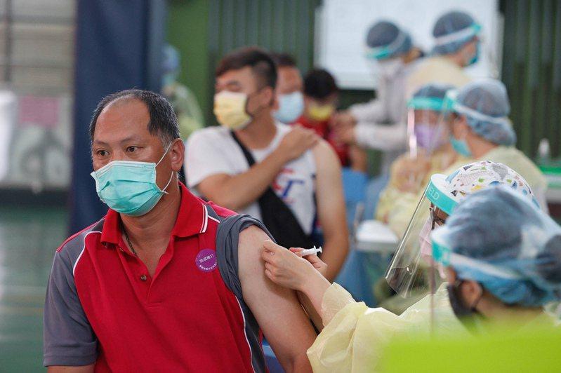 指揮中心正規畫6到8月間啟動全面接種。隨著疫苗即將擴大施打,疫苗險詢問度也升溫。圖/聯合報系資料照片