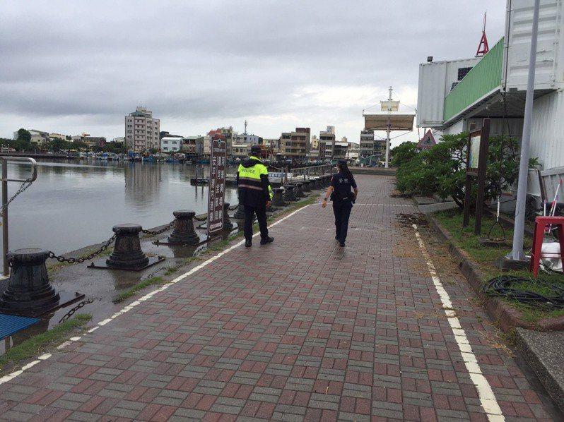 台南市警四分局指出,每日規畫重點防疫專案巡邏勤務,查看漁港碼頭周遭有無民眾違法群聚釣魚,或未配戴口罩。記者邵心杰/翻攝