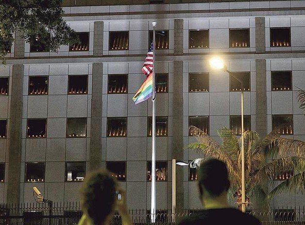 美國駐港總領事館及歐盟駐港澳辦事處4日晚間點起燭光悼念大陸「六四」事件,大陸外交部駐港公署5日對此批評。(明報)