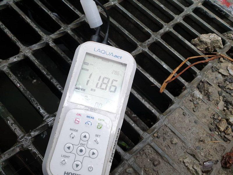 稽查人員仍從其放流口正下方水溝採樣溝內水質,發現其pH值亦高達11.8以上以上。圖/新北市環保局提供