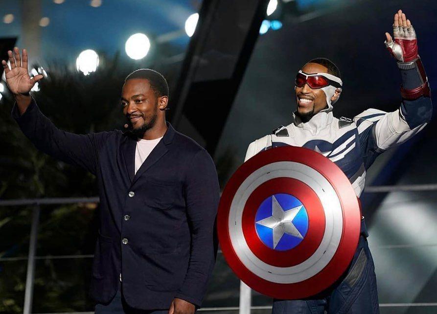 新任「美國隊長」安東尼麥奇(左)和分身合影。圖/摘自IG
