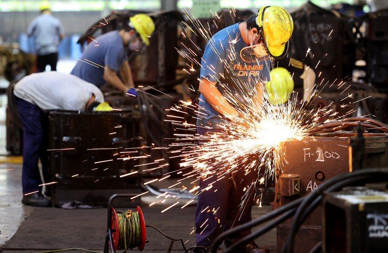 台鐵管理局是台灣第一家,也是規模最大的軌道業者。圖為富岡基地員工檢修零件。 記者余承翰/攝影
