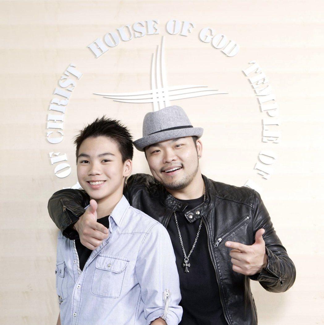 黃新峰(左)嚮往小賈斯汀師徒情,拜師金曲歌王李玖哲學唱歌。圖/鮪魚肚影音提供