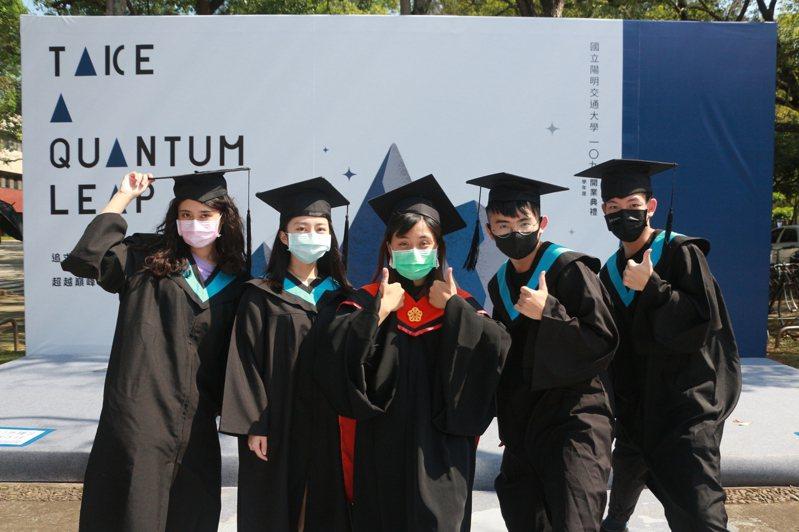 陽明交大合校後,首屆畢業典禮昨線上舉行,仍有學生著畢業袍在校園合影。圖/陽明交大提供