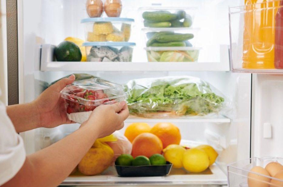 居家防疫是斷捨離的好時機,趁著這一波清冰箱把壞掉的食物清掉,冰箱徹底擦乾淨。 圖...