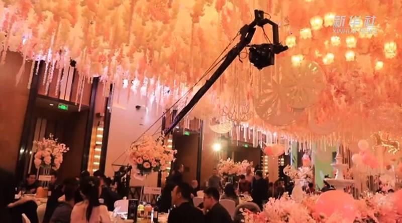 大陸家長為了女兒12歲慶生宴,大手筆聘請7名攝影師,動用吊搖拍攝宴會全部過程,酒店職員透露主人家宴請20桌左右。(新華社)