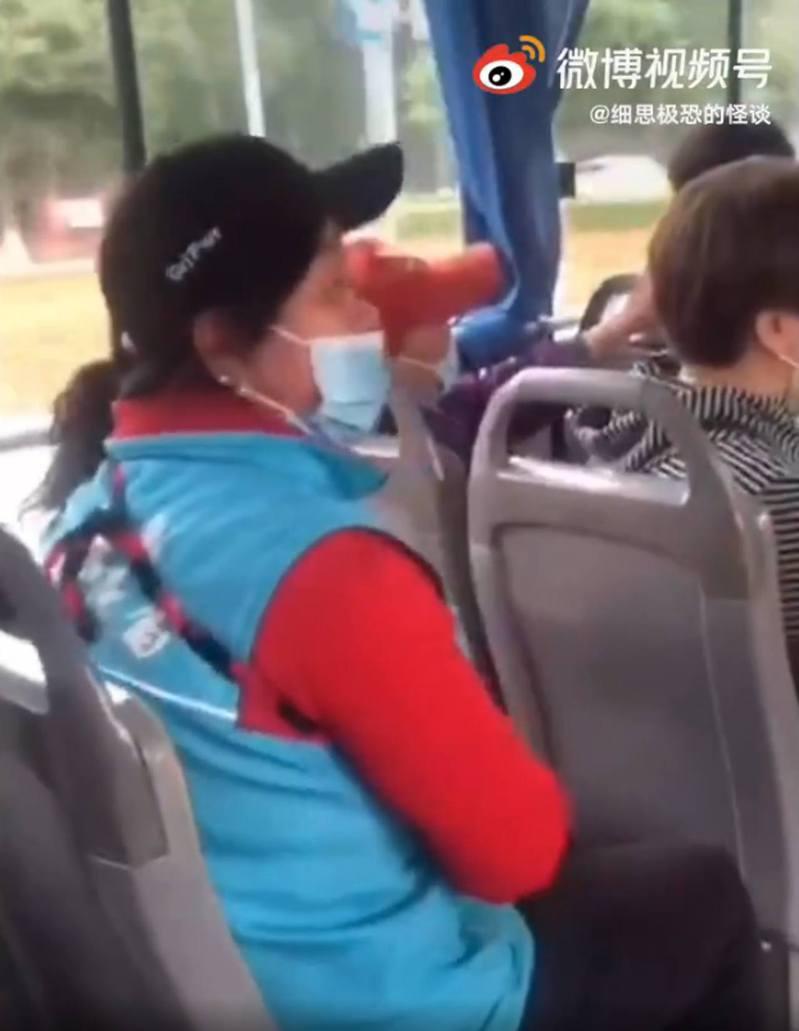 北京大媽在巴士上罵人被其他乘客拍了下來。 圖/翻攝自微博