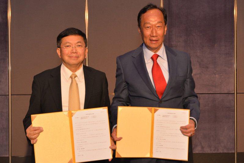 圖右起為郭台銘、台康生技總經理劉理成。圖/台康生技提供