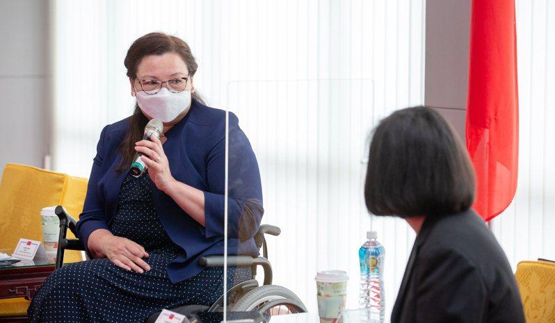 美國聯邦參議院達克沃絲(左)表示,她希望台灣人民知道「美國不會拋棄台灣」。 歐新社資料照