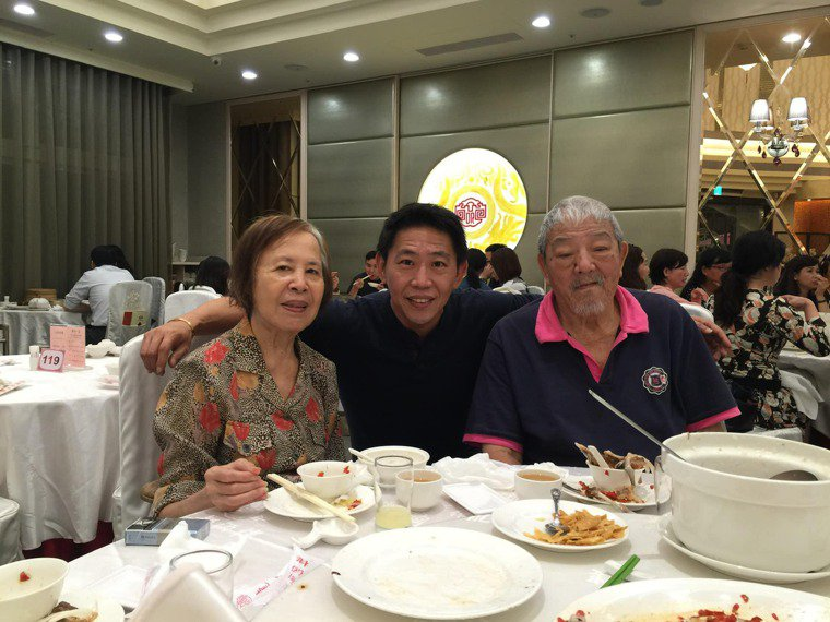 孔繁瑋(中)因為疫情驟然失去母親(左),右為孔父。圖/孔繁瑋提供