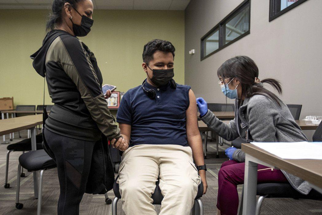 許多拉美民眾逃往美國施打疫苗。美聯社