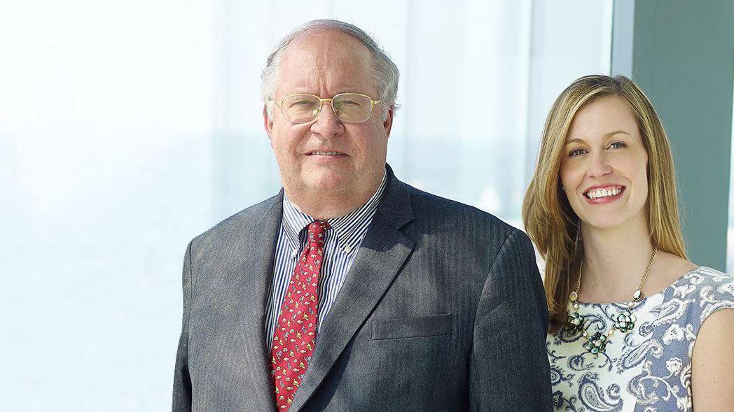傳奇投資人米勒(左)是價值型基金經理人Samantha McLemore(右)的...