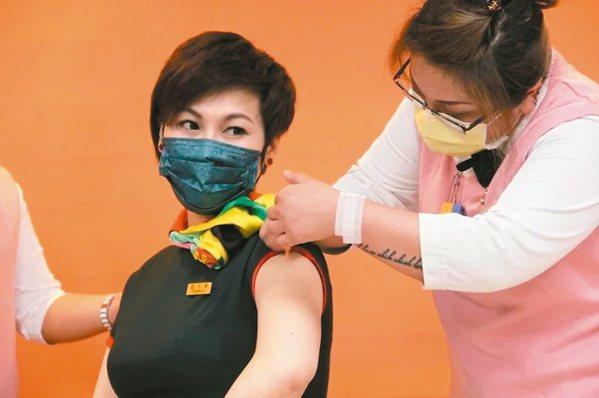 台灣即將全面啟動新冠疫苗接種,造就疫苗險大賣。本報資料照片