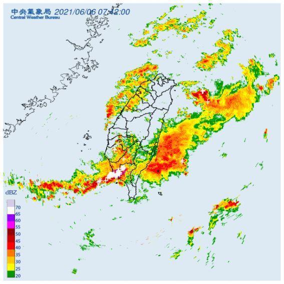 中央氣象局針對高雄市、屏東縣發布大雷雨即時訊息。圖/取自氣象局網站