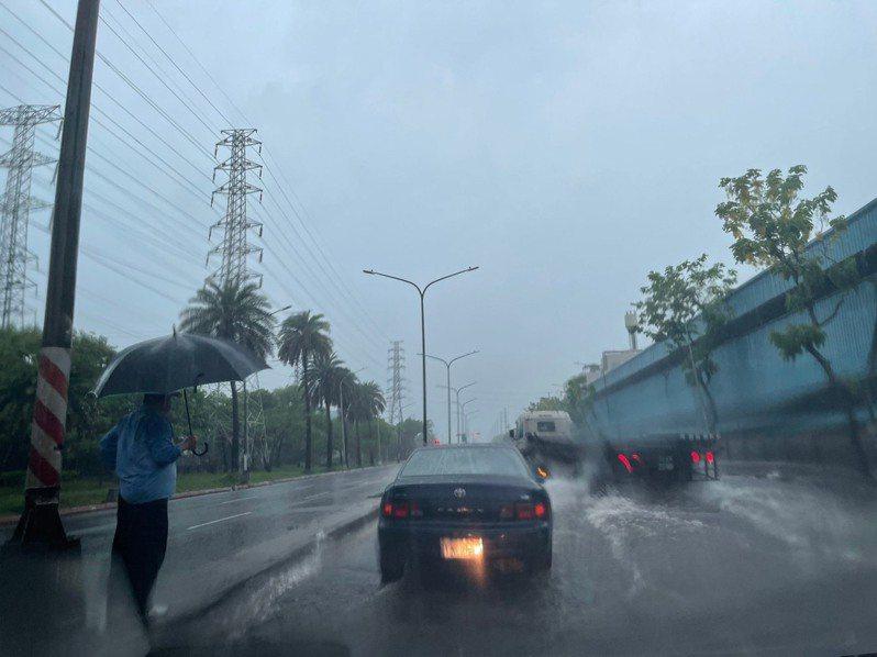 高雄市小港、前鎮等地今天上午8點多雨勢驚人,道路有積淹水。記者王昭月/攝影