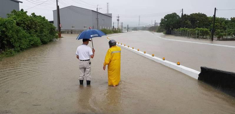 岡山區公所今天上午前往興南路勘災。圖/民眾提供