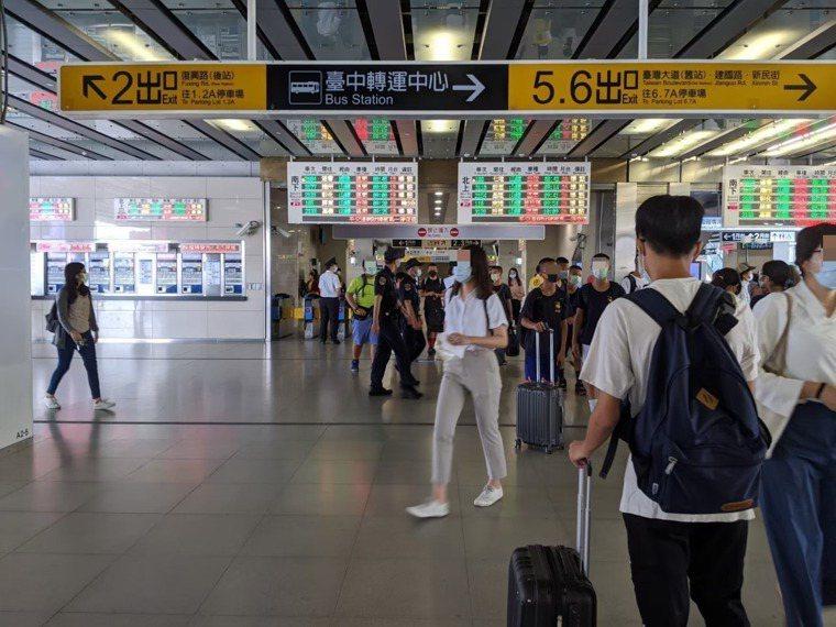 端午連假將至,台鐵、台灣高鐵的連假車票熱賣,各界擔心致使疫情南北移動擴散。示意圖...