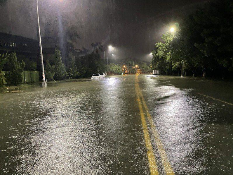高雄市岡山區本工三路與本工環東路因瞬間大雨,道路積水達50公分,道路積水於凌晨4時許退去。圖/讀者提供