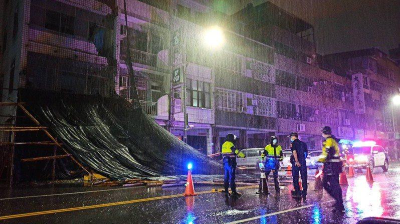 大雷雨轟炸高雄,高雄今天凌晨1點多時,陸續傳出鷹架、路樹倒塌,掉落到地面,恐影響用路人安全。記者邱奕能/翻攝