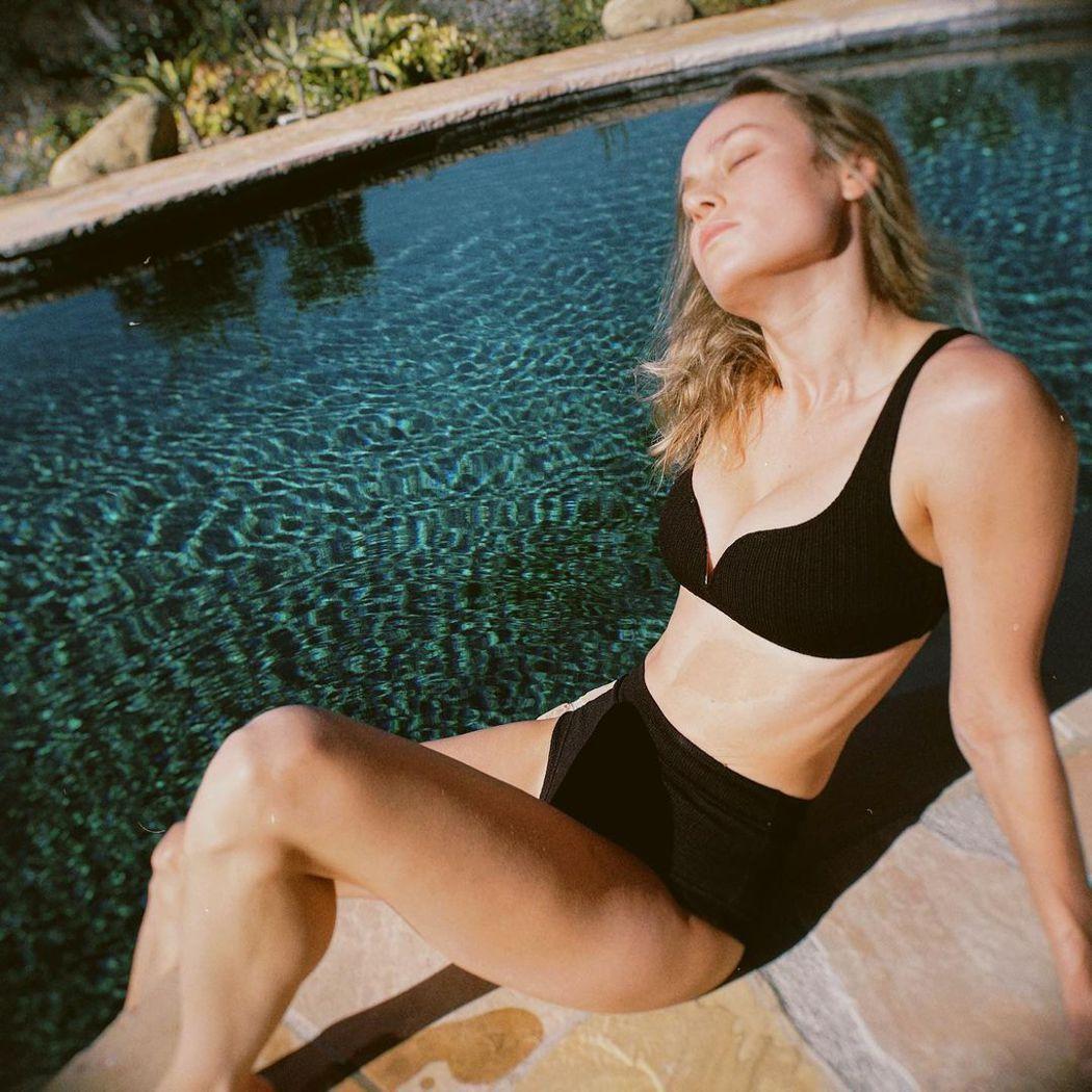 布麗拉森池畔享受陽光,釋放健康的性感。圖/摘自IG